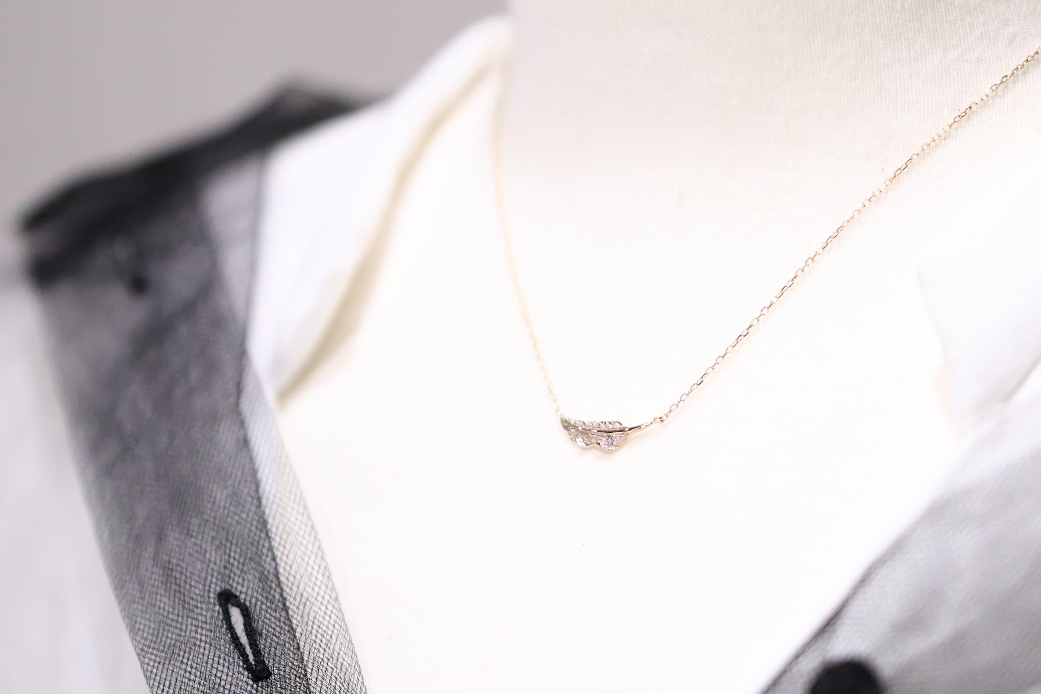 トルソー着用・ミニマムフェザーネックレスK10YG×ダイヤモンド